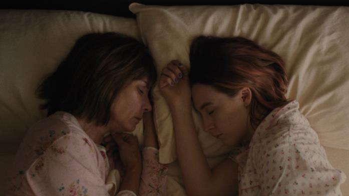 Marion e Lady Bird dormono in un letto una di fronte all'altra