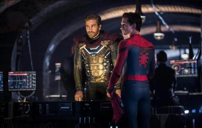 Jake Gyllenhaal e Tom Holland in una scena del film