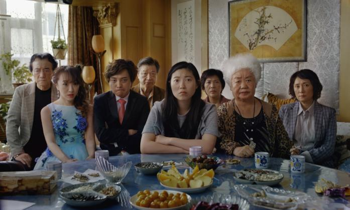 Il cast di The Farewell in una scena del film