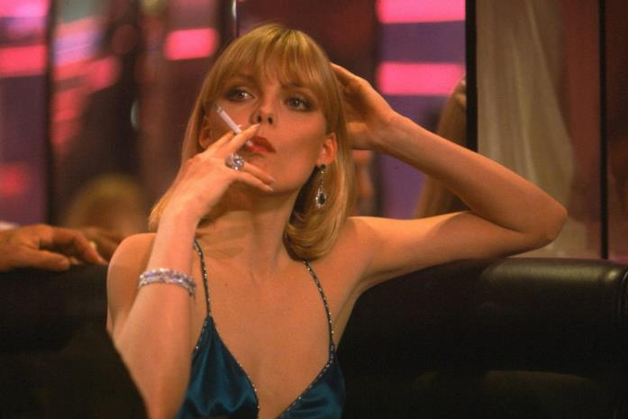 Elvira fuma una sigaretta seduta al Babylon Club