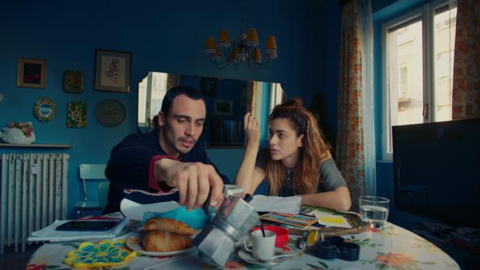 Simone Liberati e Miriam Leone seduti a tavola ne L'amore a domicilio