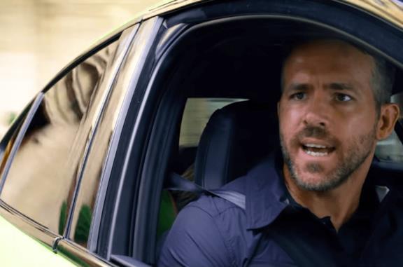 Ryan Reynolds in una scena di 6 Underground