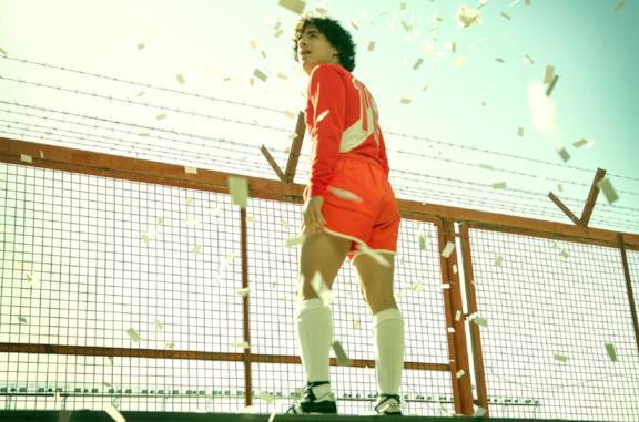 Nazareno Casero in una scena della serie TV Maradona: sueño bendito