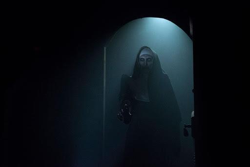 Il demone suora in una scena di The Nun