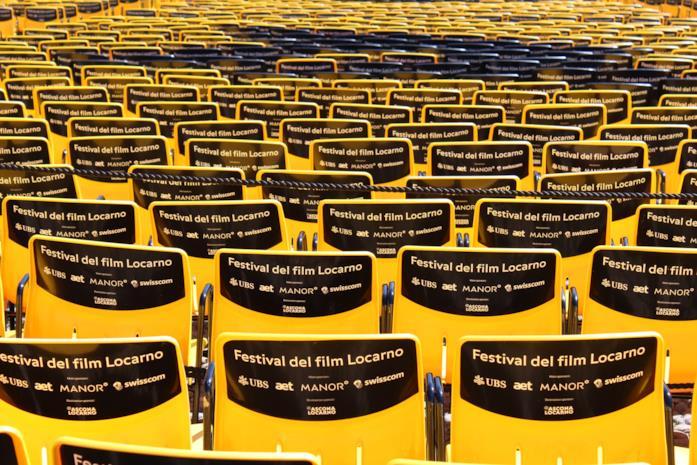Le sedie gialle del pubblico in Piazza Grande a Locarno