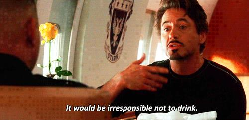 Tony Stark seduto con James Rhodes