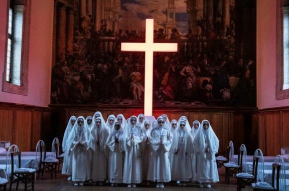 Una scena della sigla di The New Pope