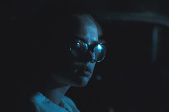 Sierra McCormick illuminata da una luce blu