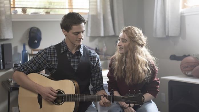 Fin Argus e Sabrina Carpenter suonano in Clouds
