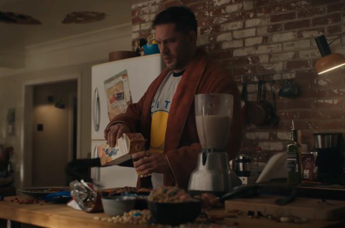 Eddie Brock (Tom Hardy) prepara la colazione in Venom La Furia di Carnage