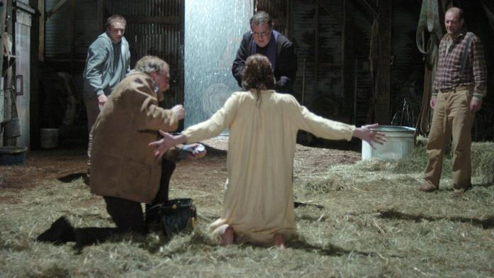 Scena di esorcismo nella stalla la notte di Halloween in The Exorcism of Emily Rose