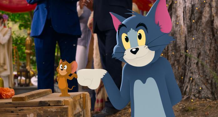Jerry (sinistra) e Tom (destra) in una scena del film Tom & Jerry