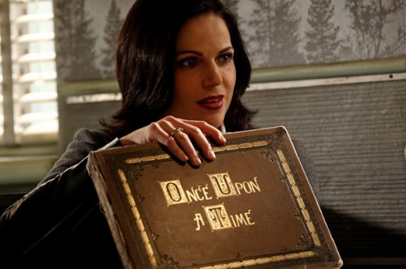 Regina con il libro di Once upon a time