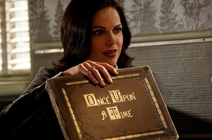 Regina con il libro di Once upon a time