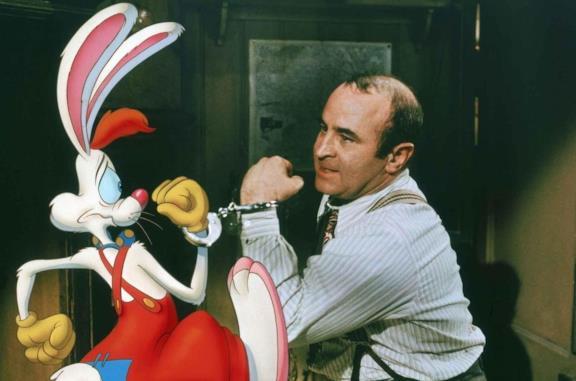 Bob Hoskins e il coniglio Roger in una scena del film