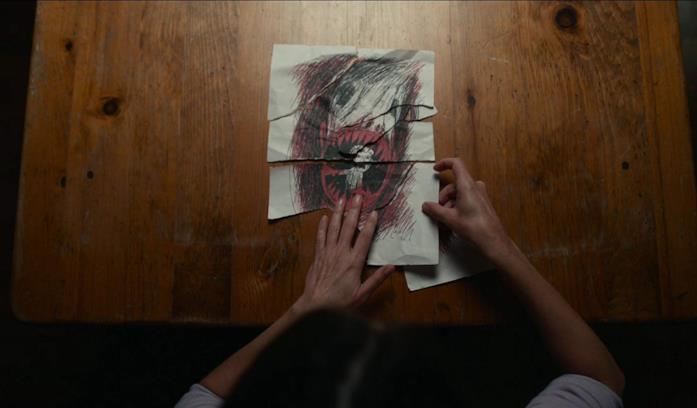 Il disegno inquietante di Lucas in una scena del film Antlers