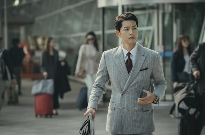 Song Joong-Ki in una scena della serie Vincenzo