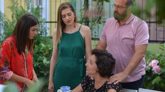 Sanem, la sorella Leyla e i genitori in una scena di Daydreamer - Le ali del sogno