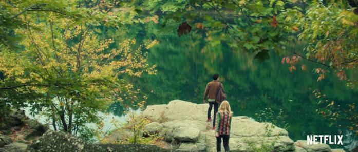 Violet e Theo davanti al lago