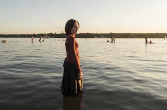 Shira Haas cammina sull'acqua in Unorthodox