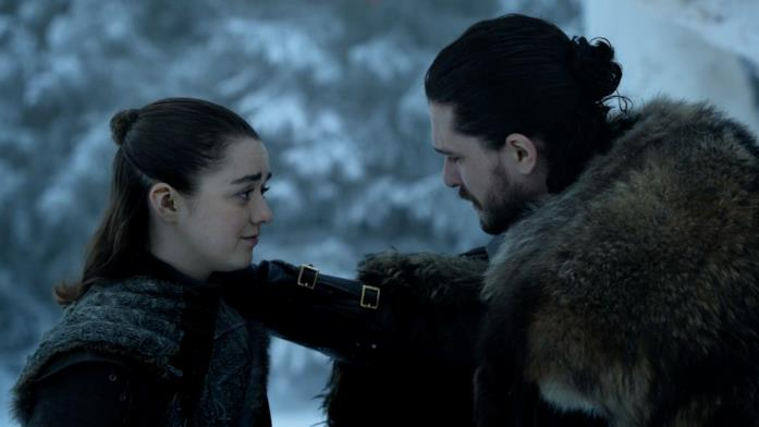 Maisie Williams e Kit Harington in Game of Thrones 8