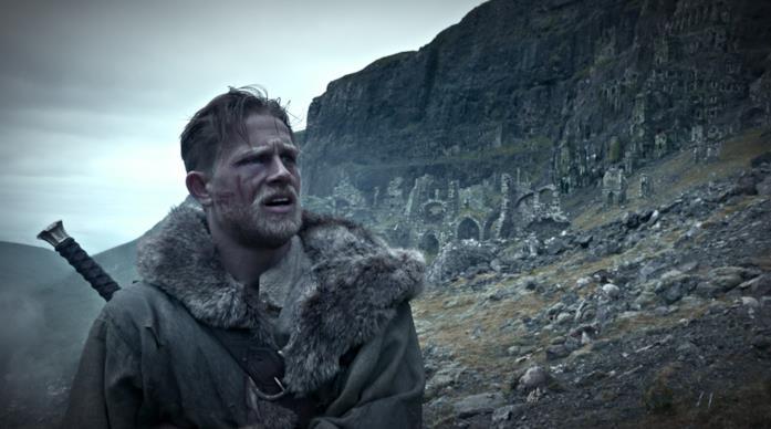 Arthur ferito in volto viaggia solitario per la brughiera