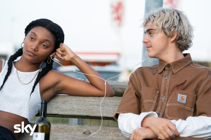 Caitlin e Fraser ascoltano la musica