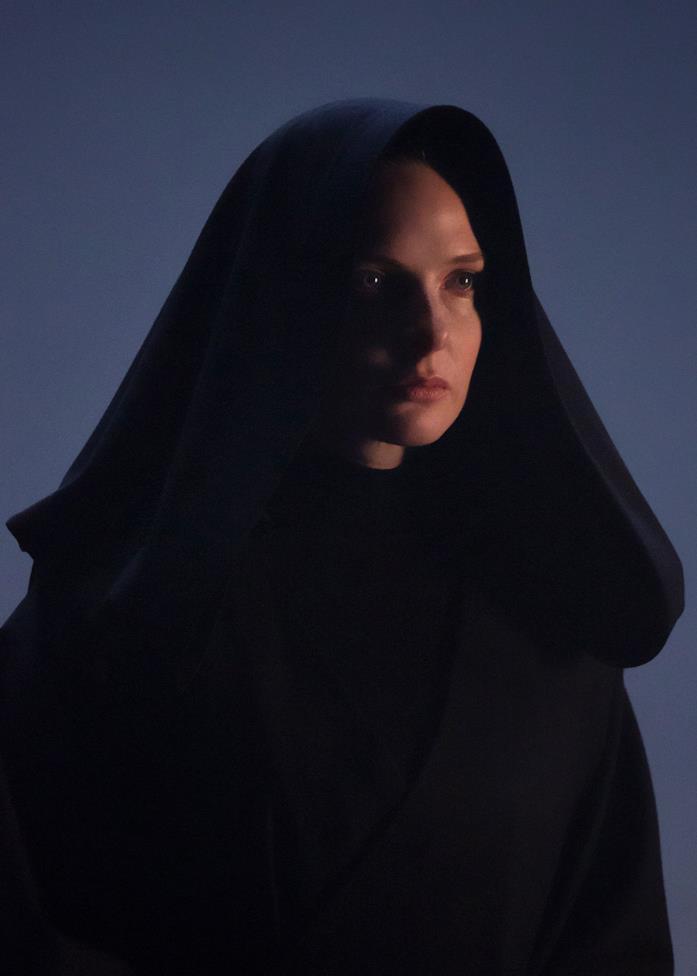 Rebecca Ferguson nei panni di Jessica Atreides, avvolta da un mantello nero