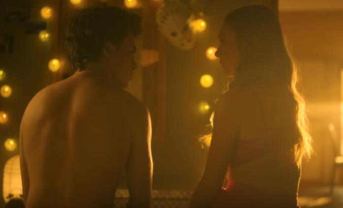 Una scena di Elite con Carla e Samuel