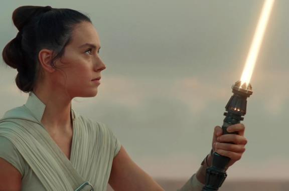 Rey e BB-8 camminano nel deserto