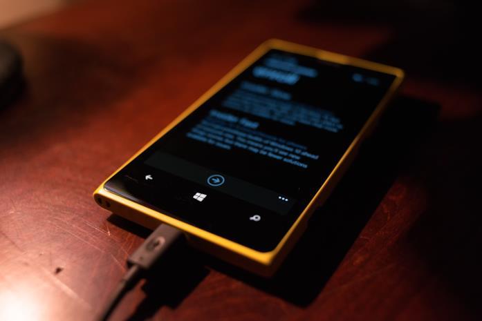 Smartphone collegato alla presa