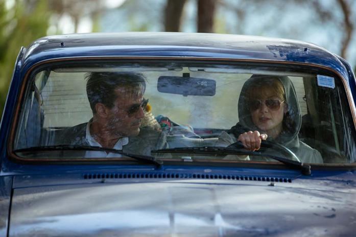 Jon Hamm e Rosamund Pike in una scena di Beirut