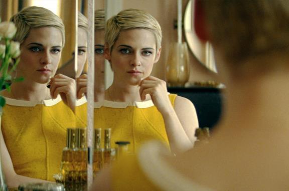 Kristen Stewart con un look iconico di Lady Diana sul set di Spencer