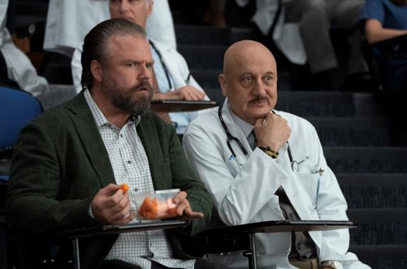 Il dottor Kapoor e il dottor Frome in una scena di New Amsterdam