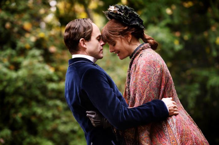 Eleanor e Edward si abbracciano