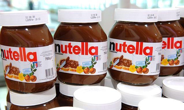 Primo piano di alcuni barattoli di Nutella esposti in un supermercato