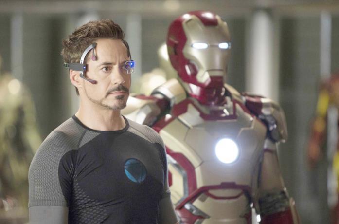 Un'immagine di Downey Jr. accanto a un'armatura di Iron Man