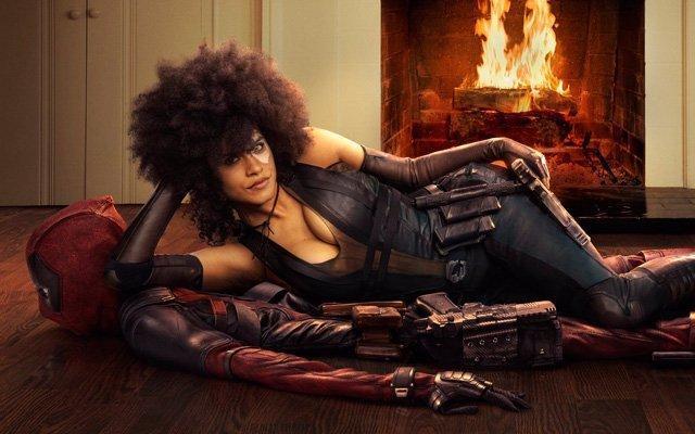 Zazie Beetz adagiata su Deadpool nella prima immagine ufficiale