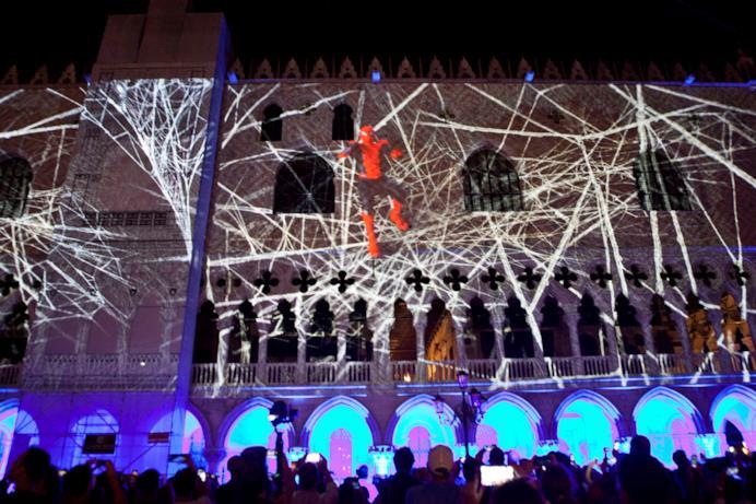 Spider-Man tra le sue ragnatele di luce a Venezia