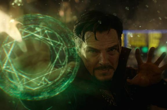 Benedict Cumberbatch in una scena del film Doctor Strange
