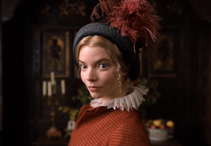Emma sfoggia un abito arancione intenso e un cappellino coordinato