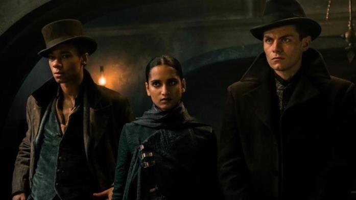 Jesper Fahey, Inej Ghafa e Kaz Brekker nella serie Netflix