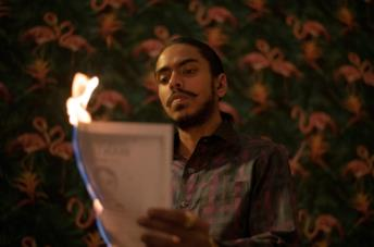 Balram brucia il suo mandato di cattura
