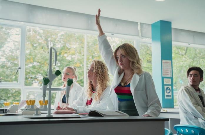 Aimee Lou Wood nei panni di Aimee nella serie Netflix Sex Education