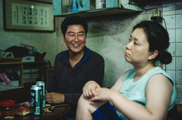 Song Kang-ho e Jang Hye-jin in una scena del film Parasite
