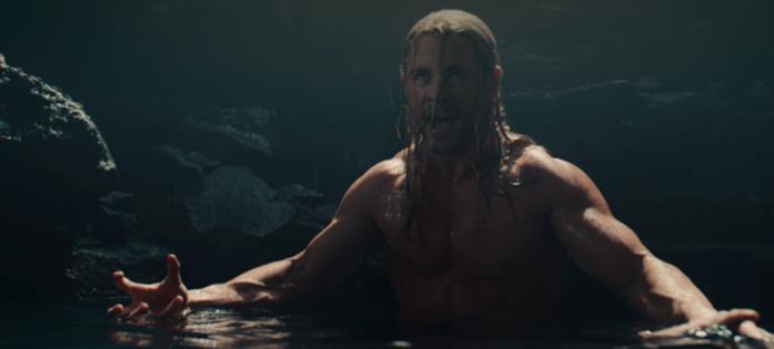 Thor in acqua a petto nudo