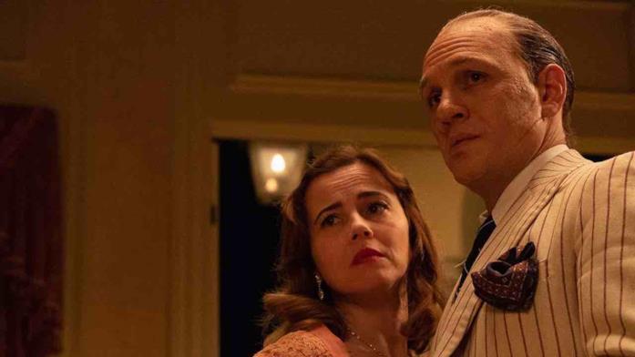 Capone in completo gessato insieme alla moglie Mae