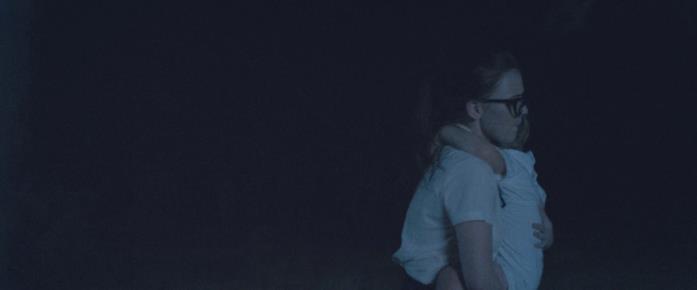 Faye s'inoltra nella foresta correndo con in braccio la bambina