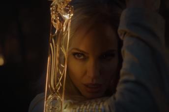 Angelina Jolie è Thena in una scena de Gli Eterni