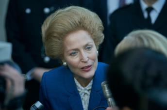 Margaret Thatcher in primo piano parla ai reporter